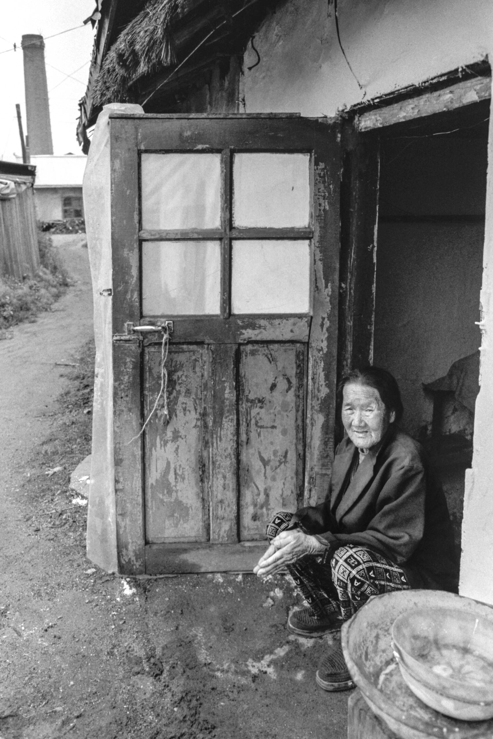 06 park seo-un in her home in hunchun 2004-006