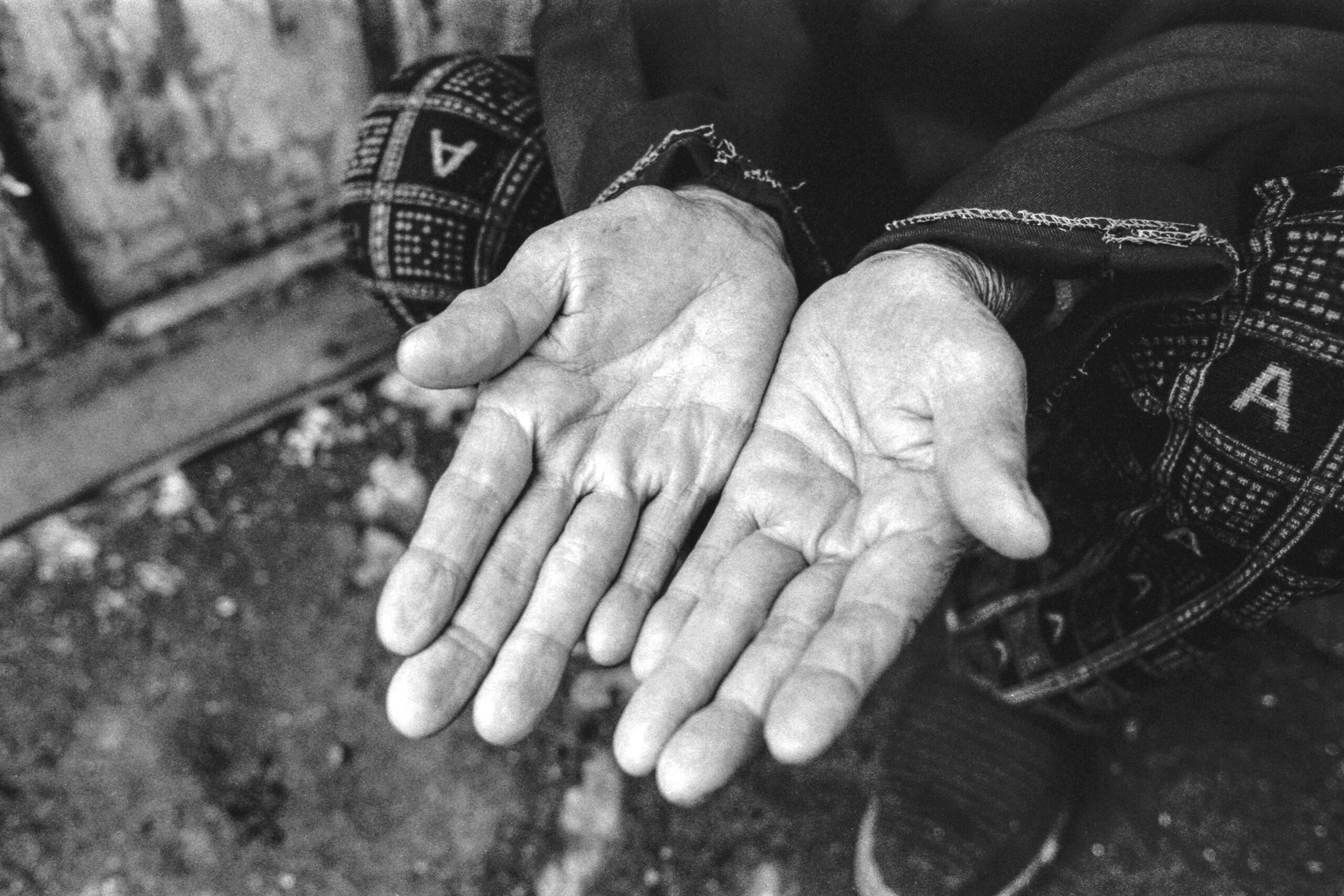 07 hands of park seo-un in hunchun 2004-007