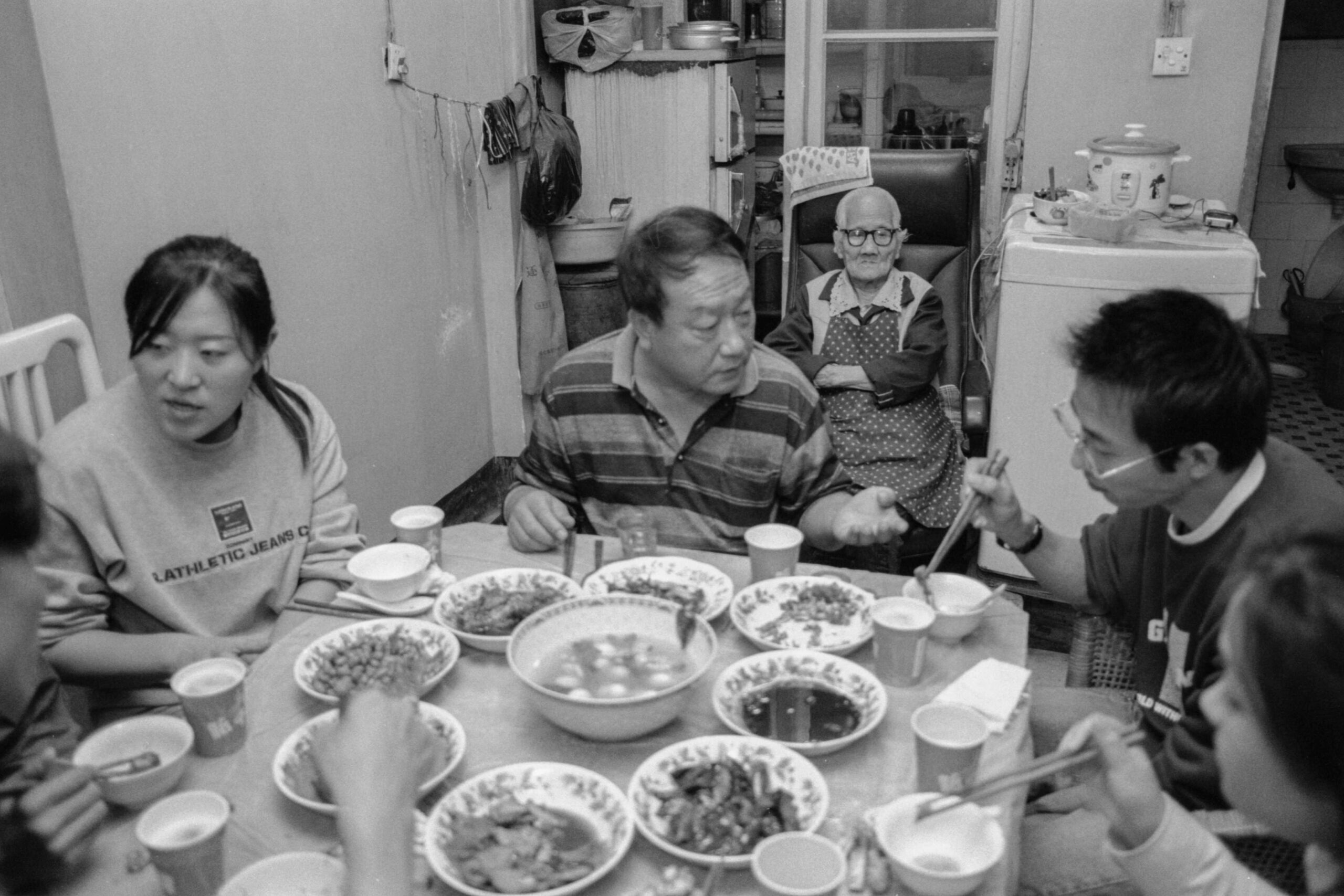 07 kim eu-gyoeng with herfamily and guests in her apartment in wuhan 2004-007